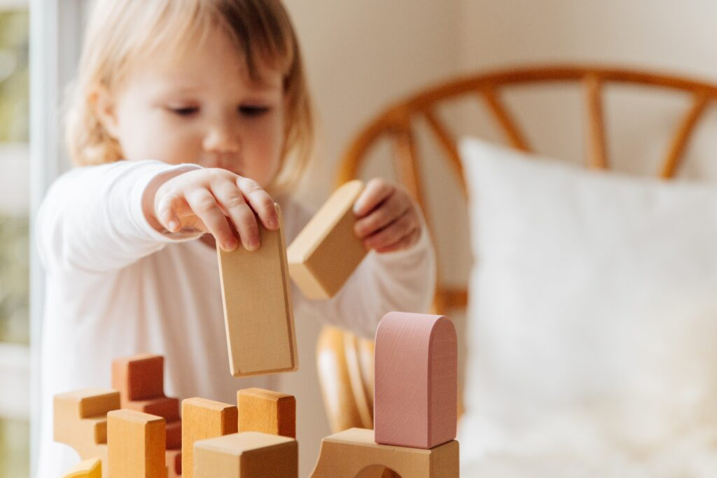 Jucării și activități care stimulează gândirea creativă a copiilor de 0
